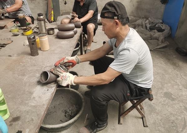 Applying cement-mortar lining